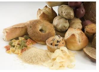 """Con il termine """"alimenti amidacei"""" vengono raggruppati diversi alimenti e prodotti alimentari caratterizzati dalla generosa presenza di amido, il carboidrato di riserva tipico del mondo vegetale. Le piante accumulano amido come riserva energetica per fronteggiare l'inverno o per consentire la germinazione del seme ed il successivo sviluppo della pianticella.Tra i più noti alimenti amidacei si ricordano le patate, la manioca, il frumento, mais, riso, orzo, avena, farro e i prodotti da loro derivati (pasta, pane bianco, riso bianco, mais, farina, fecola, biscotti, grissini, polenta). Anche i legumi rappresentano una buona fonte di amido, nonostante che siano classificati come alimenti proteici..."""